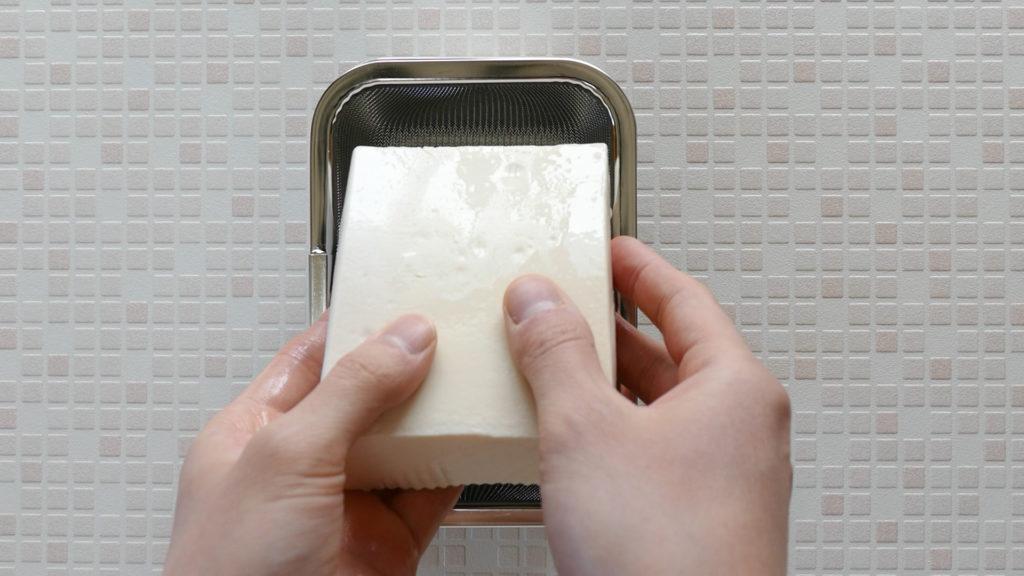 下村企販『ヨーグルトの水切りバット』は豆腐の水切りもできる!