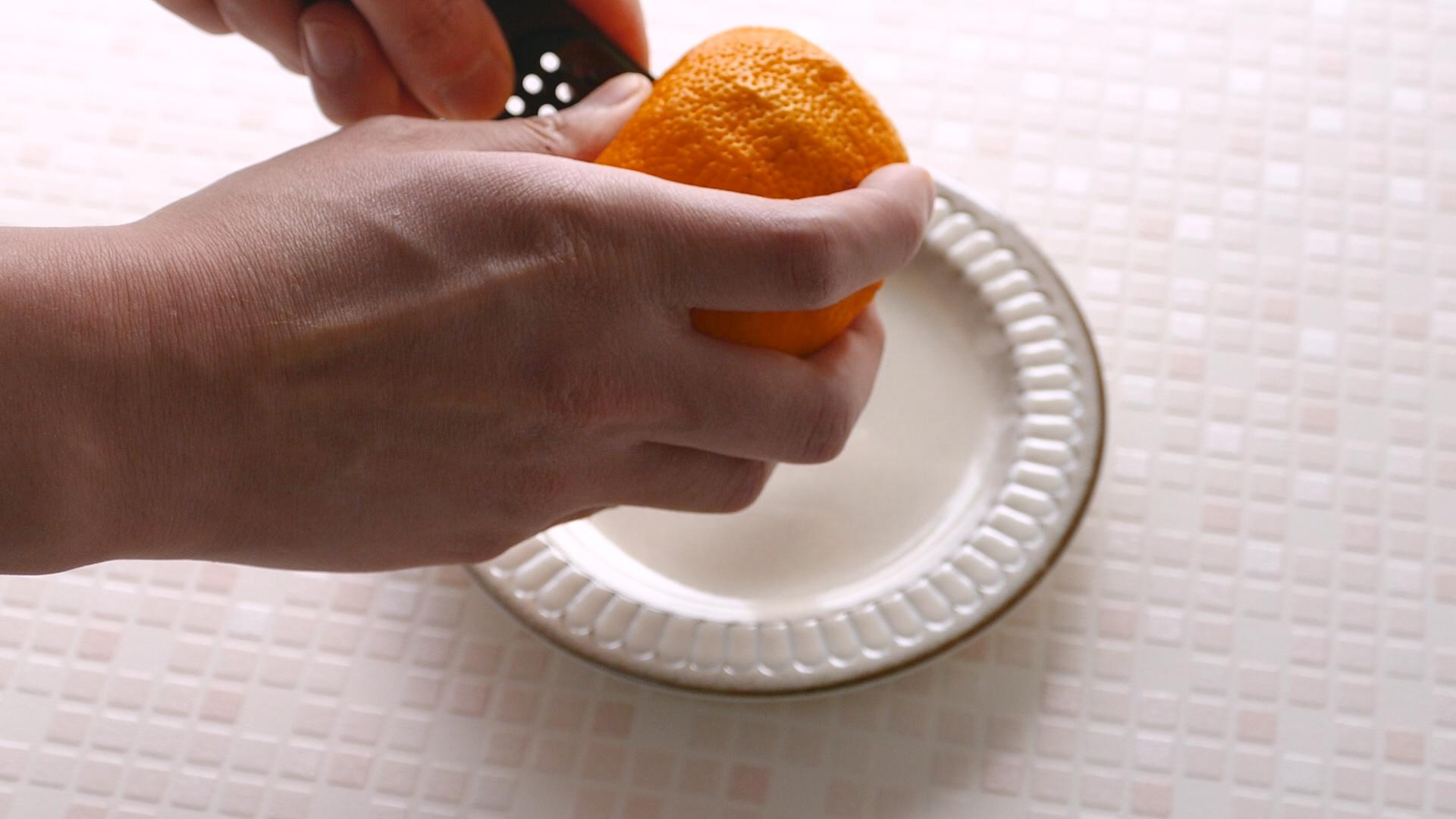 柑橘類の皮削り風景